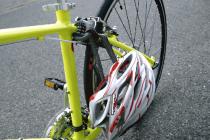 フレームとヘルメットのアゴ紐を施錠するヘルメットロック